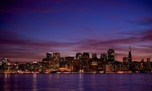 海邊美麗的城市夜景攝影圖片