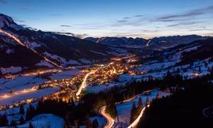 大山之中的乡村夜景摄影图片