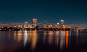 海边星空下美丽的城市夜景摄影图片