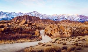 雪山下的道路高清摄影图片