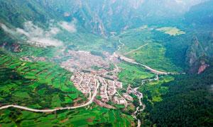 大山之中的乡村和梯田摄影图片
