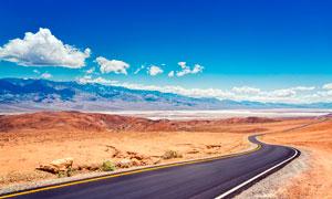 蓝天下高原公路景观摄影图片