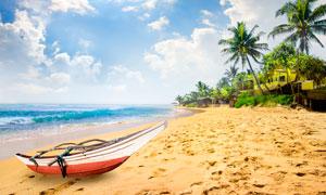 海边沙滩上小舟摄影图片