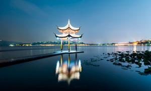 湖泊中的亭子美麗夜景攝影圖片