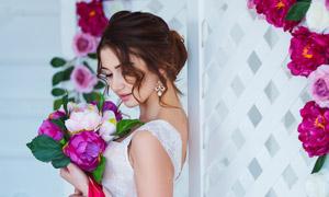 红色鲜花烘托美女新娘摄影高清图片
