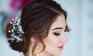 怀抱着鲜花的美女新娘婚纱摄影图片