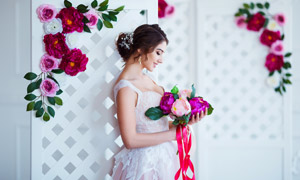 身靠着屏风的幸福新娘摄影高清图片