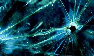 有窟窿裂開的玻璃特寫攝影高清圖片