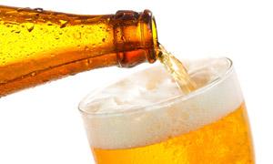 倒入酒杯中的啤酒特写摄影 澳门线上必赢赌场