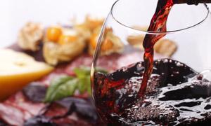 倒入酒杯中的醇厚红酒摄影高清图片