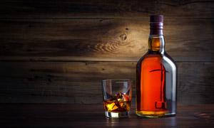 桌上的酒杯与一瓶洋酒摄影 澳门线上必赢赌场