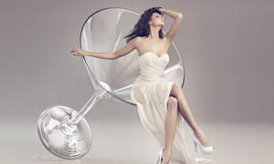 坐在高脚杯上的抹胸装美女创意图片