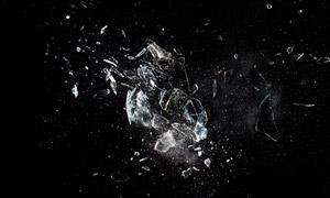 破碎飛濺出的玻璃碎片攝影高清圖片