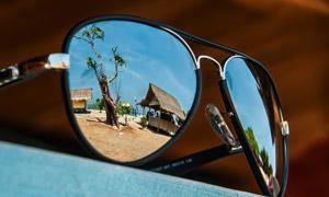 眼鏡鏡片反射出的風景特寫高清圖片