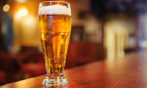 在酒吧吧台上的一杯酒摄影 澳门线上必赢赌场