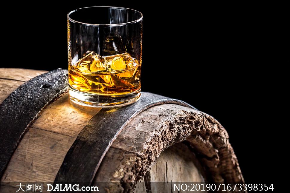摆放在酒桶上的一杯酒摄影高清图片