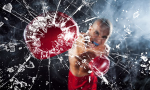 被拳擊手擊碎后的玻璃攝影高清圖片