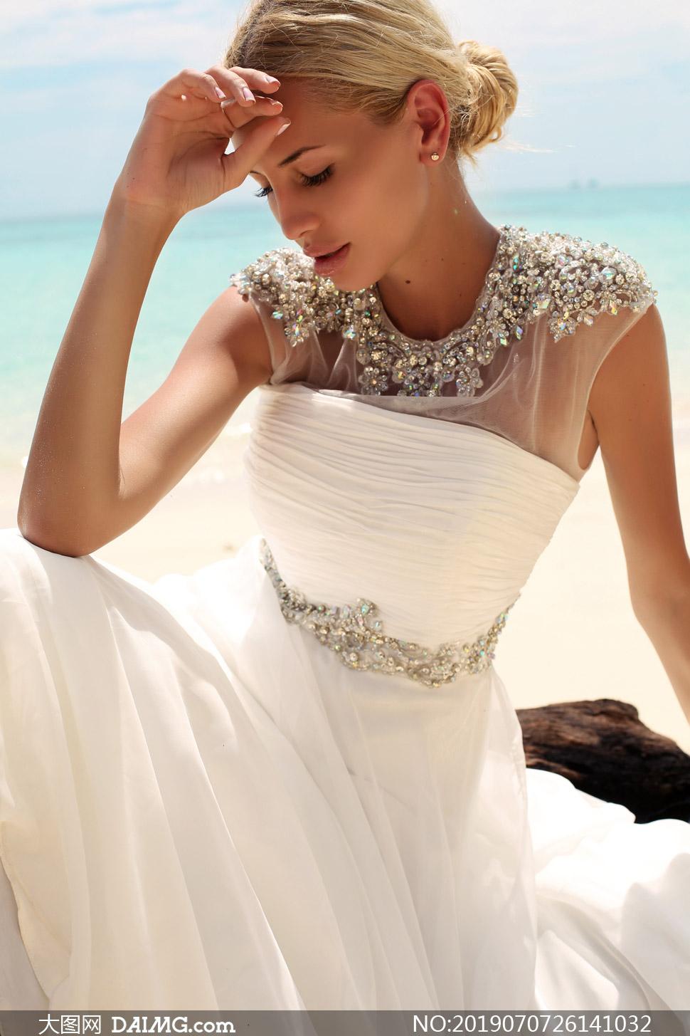 海边金发美女婚纱人物摄影高清图片