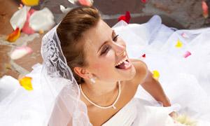花瓣雨下幸福新娘人物摄影 澳门线上必赢赌场