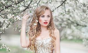 大树下的红唇卷发新娘摄影高清图片