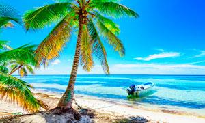 海边停靠的小舟美景摄影图片