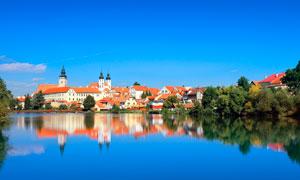 蓝天下的湖泊和房屋摄影图片