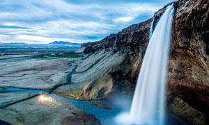 高原上的小溪瀑布摄影图片
