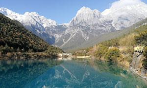 玉龙雪山下的美丽湖泊摄影图片