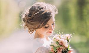 拿着鲜花闻花香的新娘人物高清图片