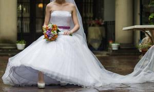 坐姿美女人物婚纱主题摄影高清图片