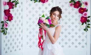 镂空屏风前的婚纱美女摄影高清图片