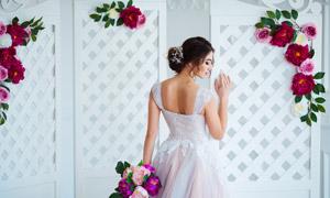手扶着屏风的露背美女婚纱摄影图片