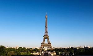 蓝天下的巴黎埃菲尔铁塔摄影图片
