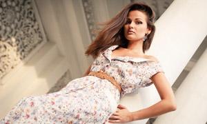背靠着廊柱的长发美女摄影高清图片