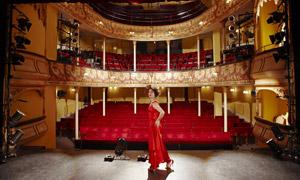 剧院内景红裙美女人物摄影高清图片