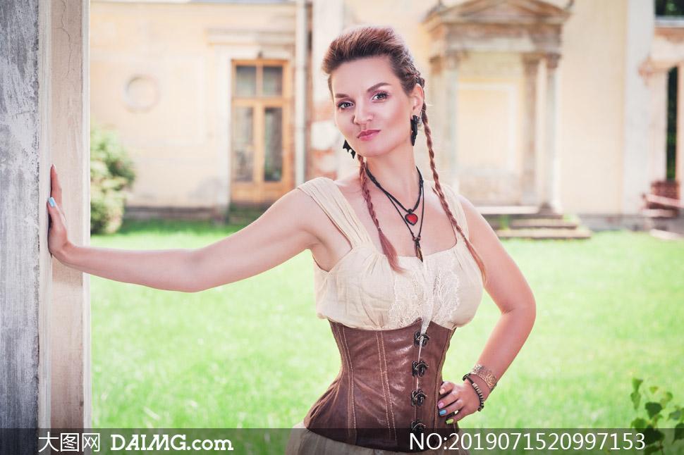 辮了小辮子的歐美模特人物攝影圖片