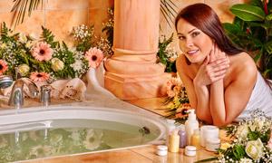 正准备沐浴的长发美女摄影高清图片