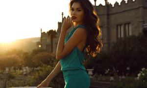 绿色无袖裙装美女逆光摄影高清图片