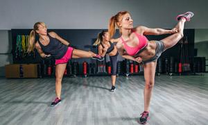 三两个健身运动的美女摄影高清图片