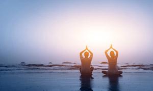 海边沙滩上的瑜伽人物摄影高清图片