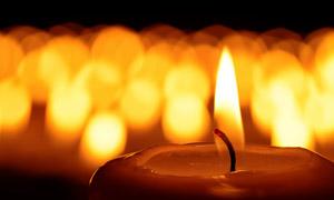 在悼念現場燃起的蠟燭特寫高清圖片