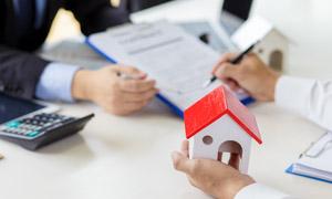 签合同场景与在手上的房子模型图片