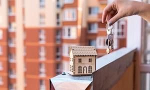 房屋模型与一串钥匙等特写高清图片