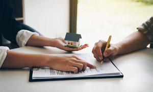 簽署房屋買賣協議場景特寫高清圖片
