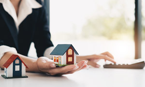 托在售楼员手中的房子模型高清图片