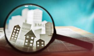 在放大鏡中看到的房子模型創意圖片