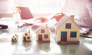 桌面上大大小小的房子模型高清图片