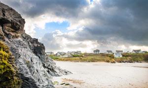 沙滩上的岩石景观摄影图片