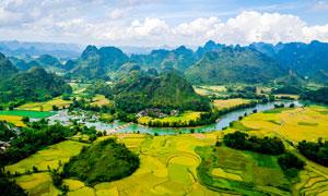 越南山间农田和河流景观摄影图片
