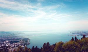 蓝天下的海边城市俯视摄影图片